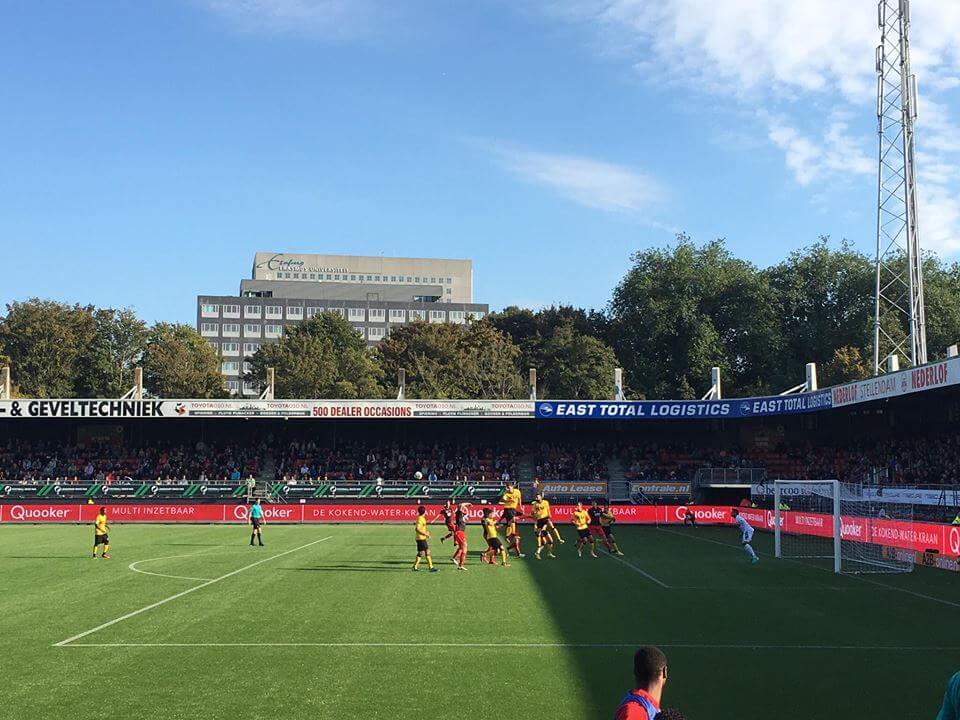 Daryl Werker torent boven alles en iedereen uit en kopt de bal weg. (Roda JC Live)