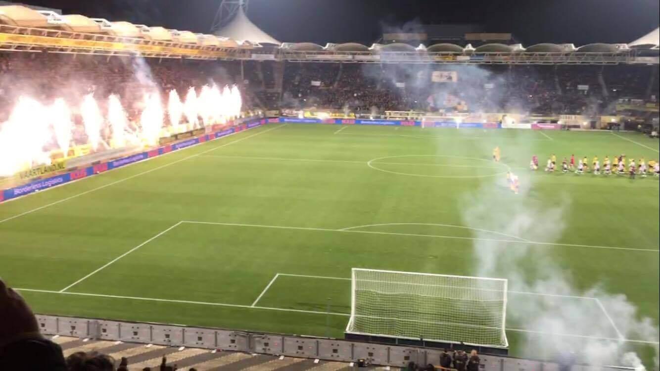 Het vuurwerk vlak voor de aftrap in het Parkstad Limburg Stadion. (Roda JC Live)